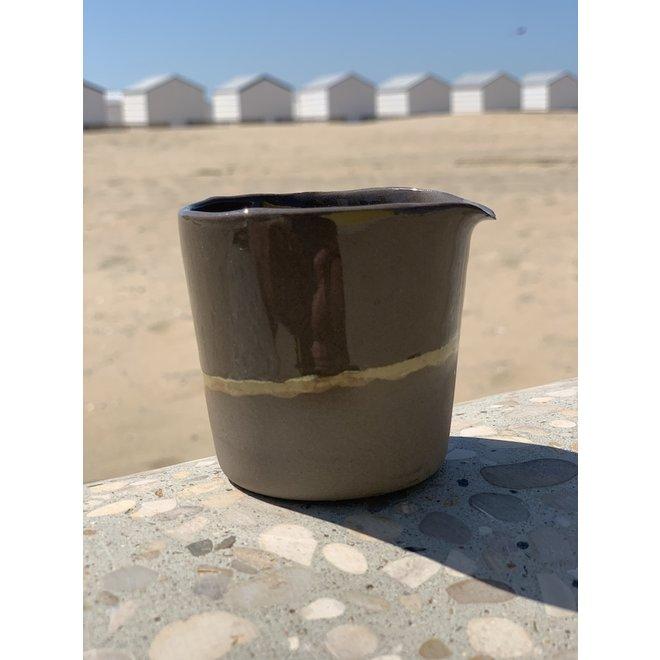 Melkkannetje handgemaakt in keramiek van grijze klei met een natuurlijk oker randje
