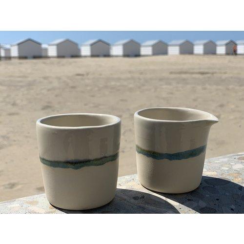 LS-design Pot à lait en céramique à la main avec une bordure subtile de vert et de bleu.