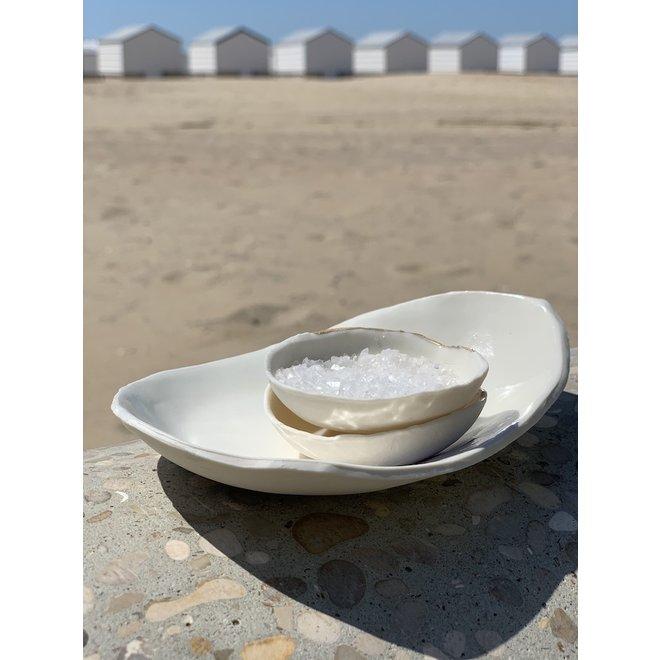 Plat à sel, poivre et huile raffiné à la main en porcelaine avec un subtil doré