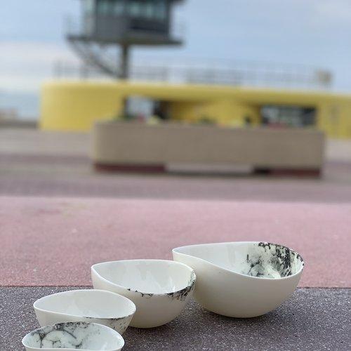 Een handgemaakt hedendaags porseleinen tafelservies straalt door zijn fijnheid en finesse en geeft uw tafel een unieke feeling
