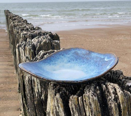 Une assiette en céramique faite main présente avec style