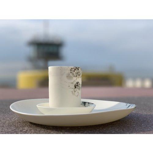 Fréderique-design Porseleinen bord (hier in combinatie met de schaaltjes) van het tafelservies Bonny afgewerkt met zwart toetsen in Bubbles techniek