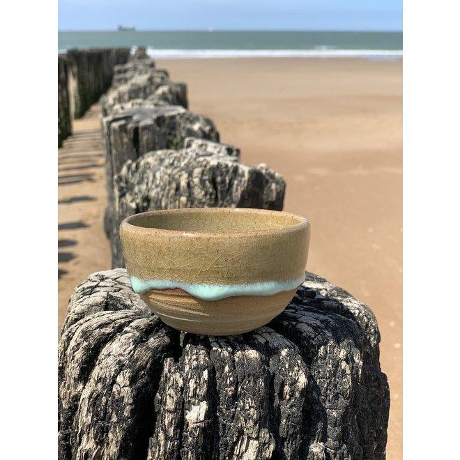 Met de draaischijf handgemaakt kommetje van Pottery klei met een mooie Floating turkoois hoog bakkende glazuur.