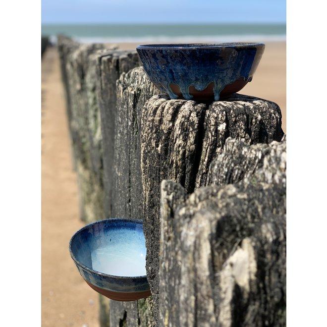 Met de draaischijf handgemaakte kom van Belgische klei met een mooie Floating-Blauw hoogbakkende glazuur.