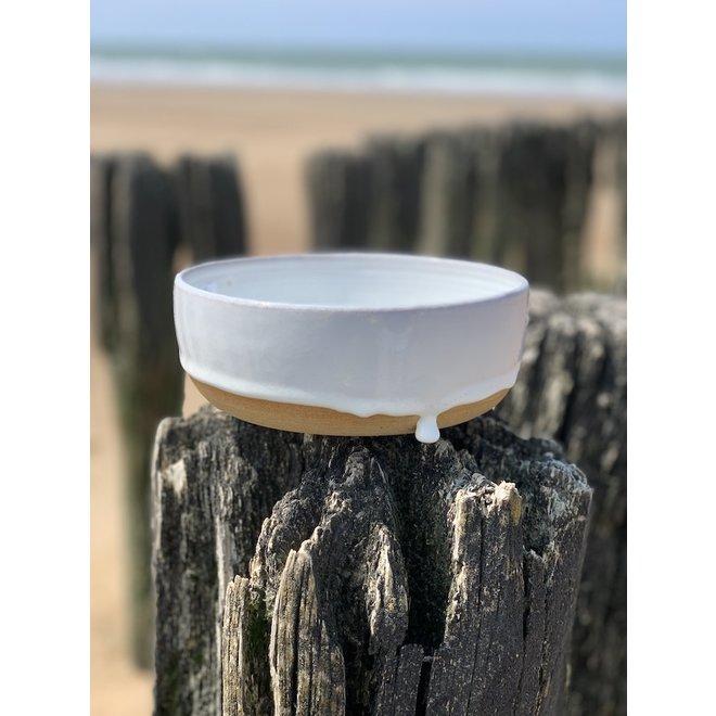 Met de draaischijf handgemaakte schaal van Pottery klei met een mooie Floating witte hoog bakkende glazuur.