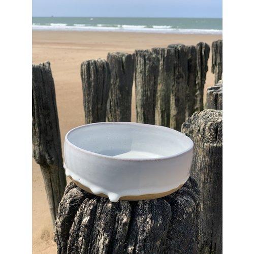 ARTISANN-design Met de draaischijf handgemaakte schaal van Pottery klei met een mooie Floating witte hoog bakkende glazuur.