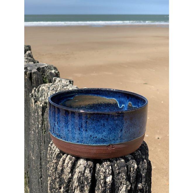 Met de draaischijf handgemaakte schaal van Belgische klei met een mooie Floating-Blauw hoogbakkende glazuur.