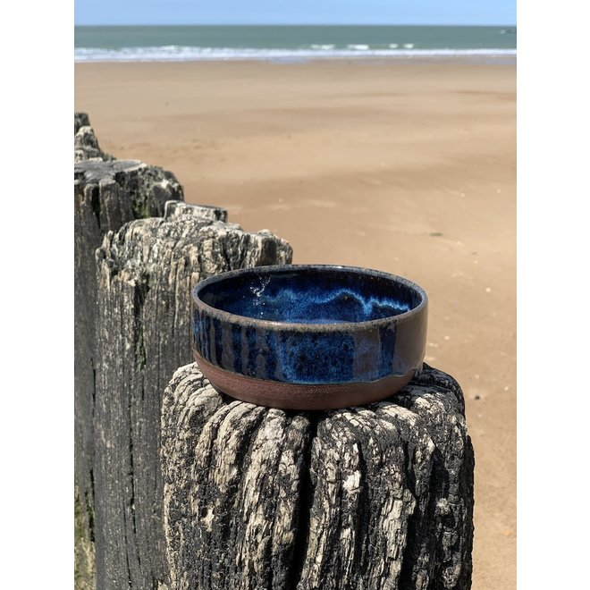 With the turntable handmade bowl of Belgien clay with a beautiful Floating blue high-firing glaze.