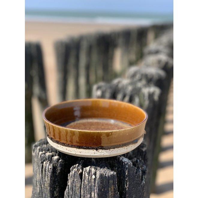 Met de draaischijf handgemaakte schaal van Pyriet klei met een mooie Floating bruine hoog bakkende glazuur.