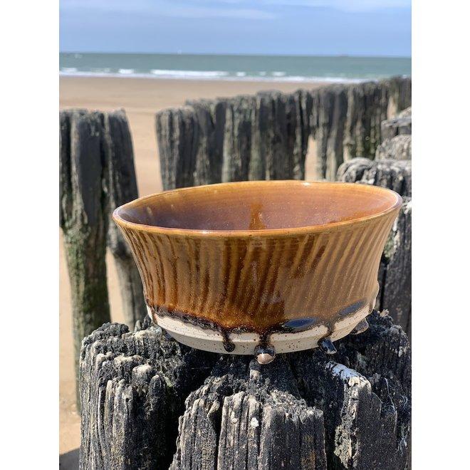Met de draaischijf handgemaakte kom van Pyeriet klei met een mooie Floating-honingkleurige hoogbakkende glazuur.