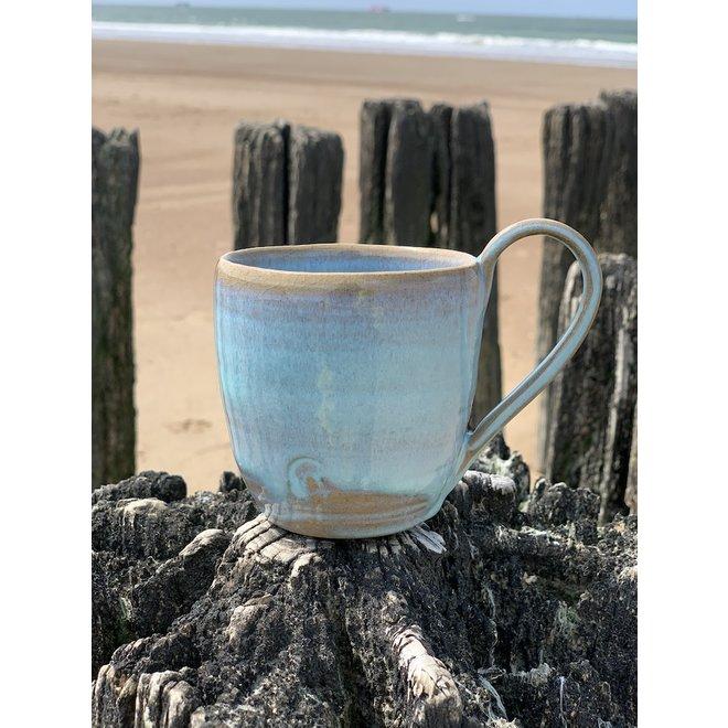 Met de draaischijf handgemaakte koffietas of theemok van Engelse gespikkelde Pottery klei met een mooie floating turquoise hoog bakkende glazuur.