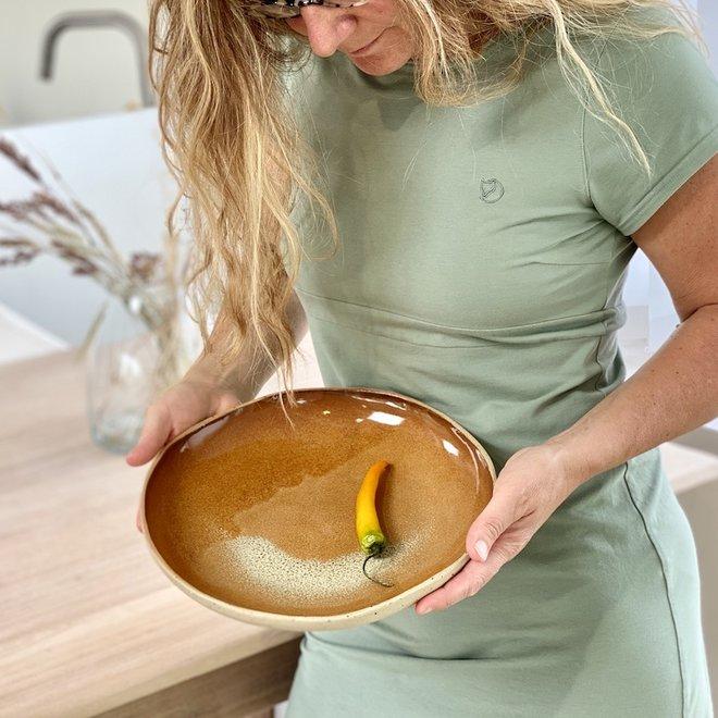 Une plat creuse de style, ludique et faite spontanément d'argile Pyerite et finie de glaçure effect