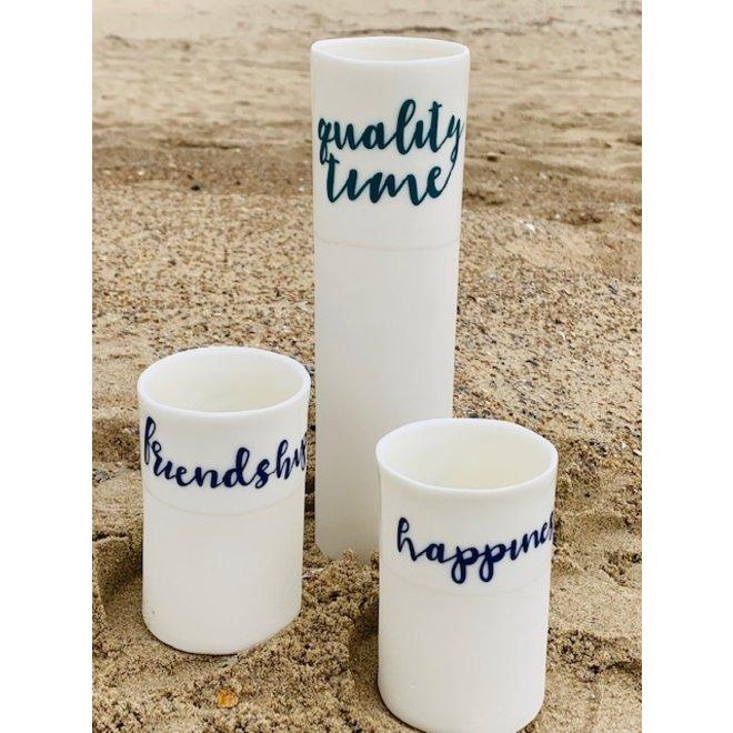 """""""Qualitytime"""" spreken voor zichzelf op een uniek porseleinen vaas in cilindervorm"""
