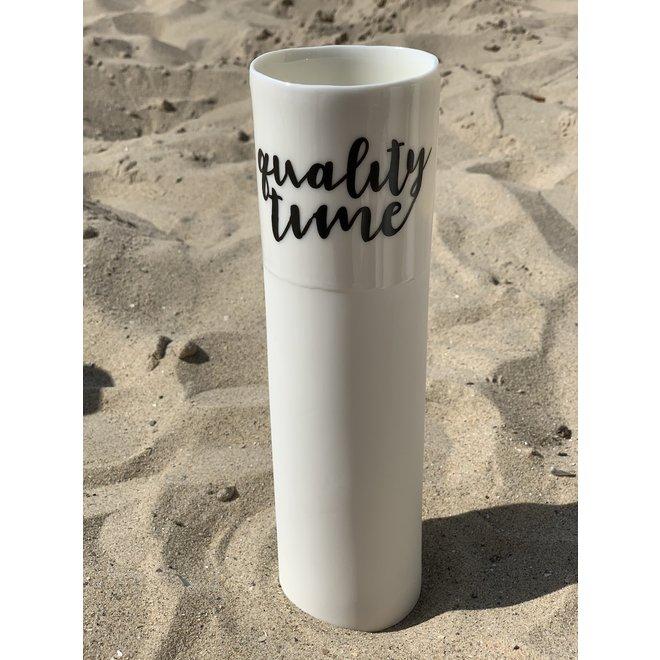 """""""Qualitytime"""" parlent d'eux-mêmes dans un vase en porcelaine unique en forme de cylinder"""