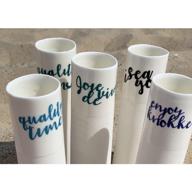 """""""Joie de Vivre"""" spreken voor zichzelf op een uniek porseleinen vaas in cilindervorm"""