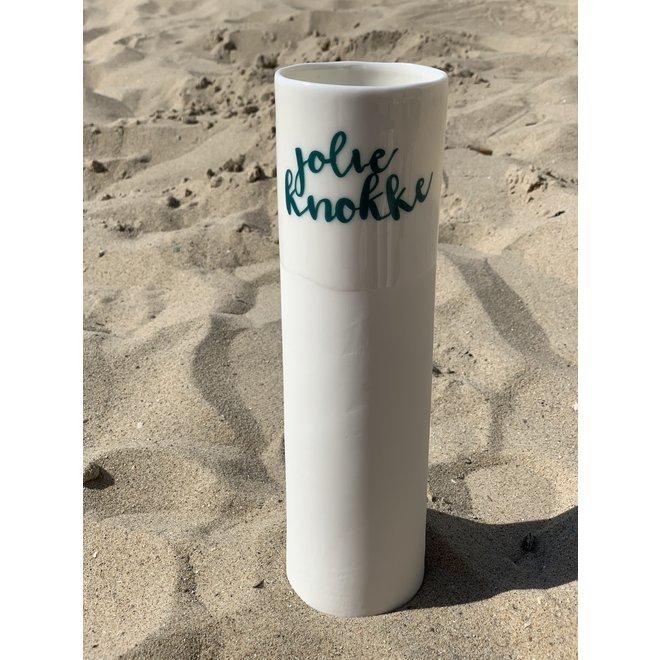 """""""Jolie Knokke"""" spreekt voor zichzelf op een uniek porseleinen vaas in cilindervorm"""