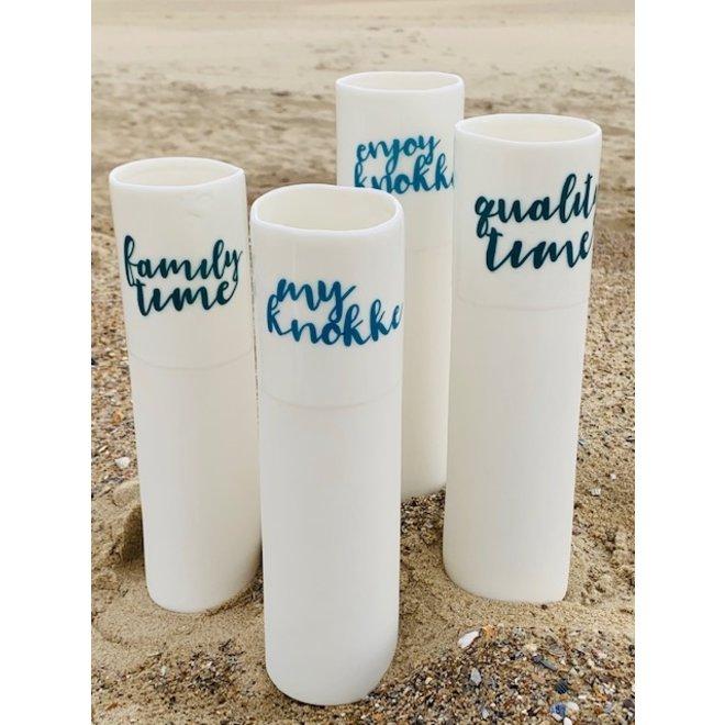 """Enjoy Knokke"" parlent d'eux-mêmes dans un vase en porcelaine unique en forme de cylinder"