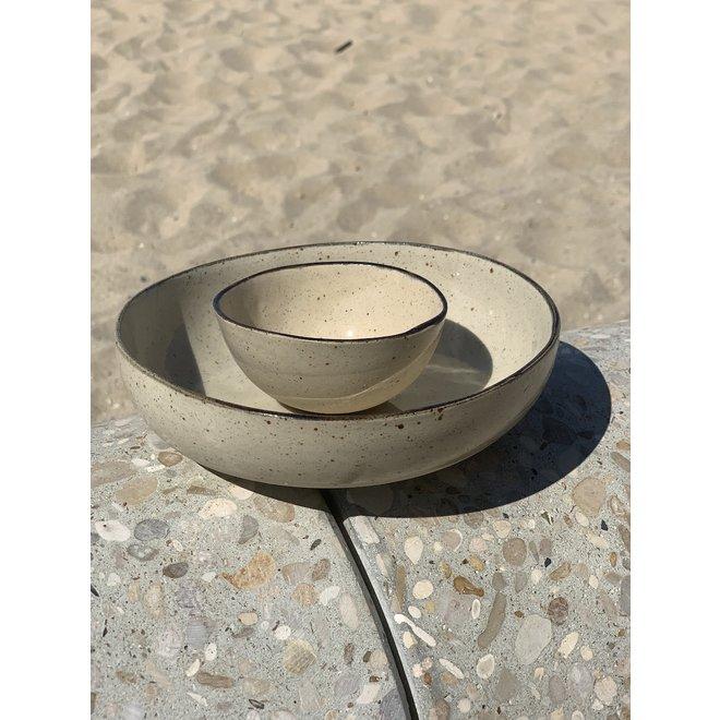 Kom in de vorm van een halve bol handgemaakt in keramiek met zwart handgeschilderd  randje