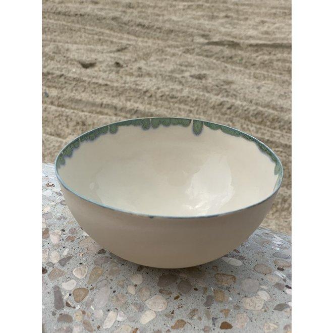Kom handgemaakt in beige gietklei afgewerkt met een groen en blauw natuurlijk randje.