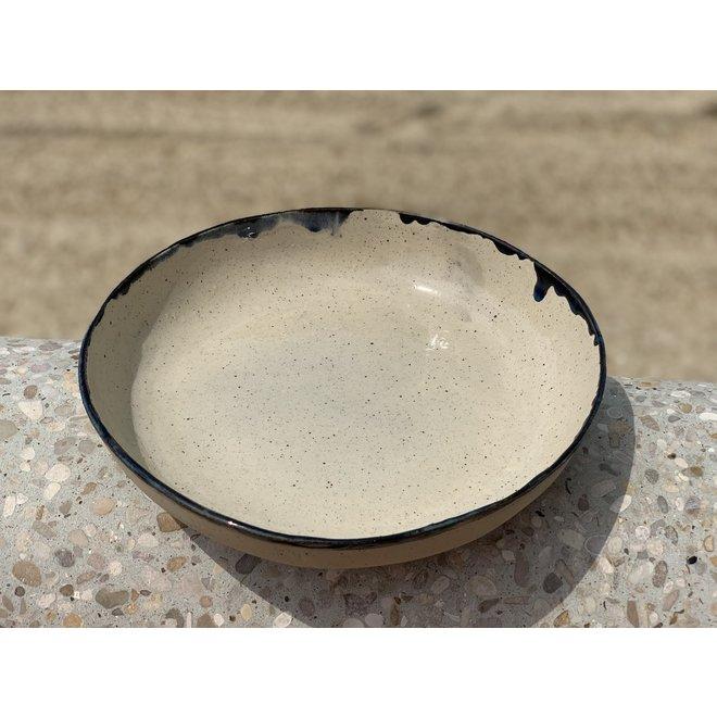 Schaal handgemaakt in keramiek van Pottery craft klei met zwart handgeschilderd  randje