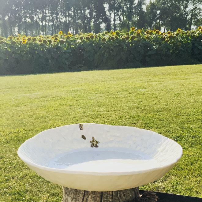 Plat ou bol fait main en porcelaine blanche avec un glaçage transparent brillant fini avec des points dorés