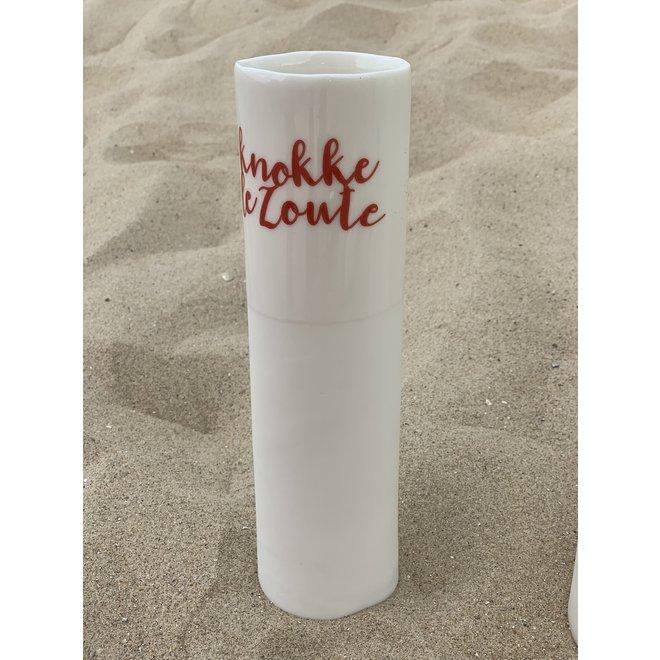 """""""Knokke Le Zoute"""" spreekt voor zichzelf op een uniek porseleinen vaas in cilindervorm"""