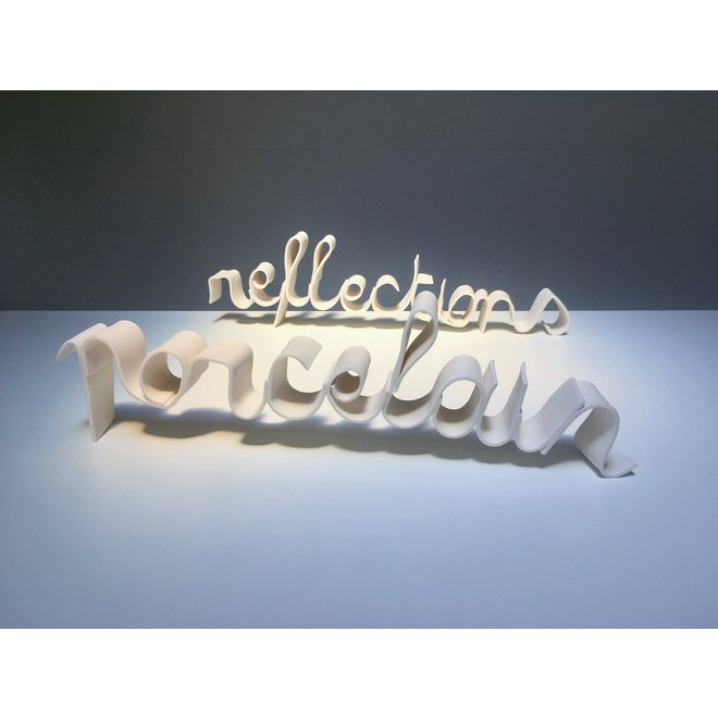 """Mots """"Porcelain Reflections"""" dans une écriture en porcelaine"""