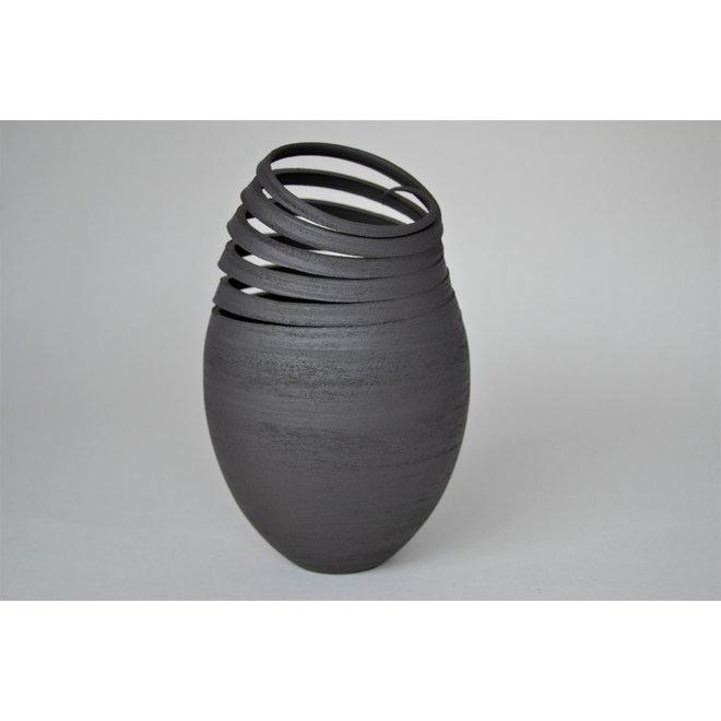 Mes Twisters sont une harmonie de contrastes. Chaque œuvre en céramique est unique, façonnée par l'artisanat et un exemple d'art.