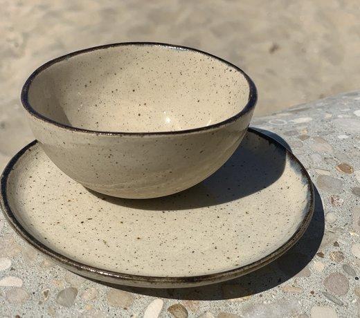 Plat creuses et bols faits main avec imperfection et une classe
