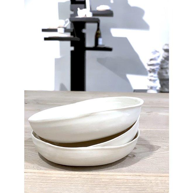 Wit porseleinen schaaltje. Handgemaakte vorm dat straalt van klasse en siert door zijn eenvoud. Elk schaaltje is uniek.