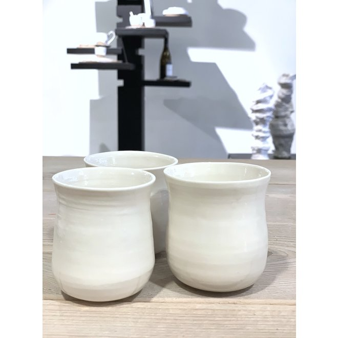 Wit porseleinen tas. Handgemaakte vorm dat straalt van klasse en siert door zijn eenvoud.  Elk tas is uniek.