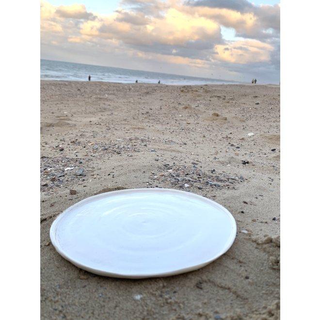 l'Assiette en porcelaine blanche. Forme artisanale qui respire la classe et orne sa simplicité. Chaque l'assiette est unique.