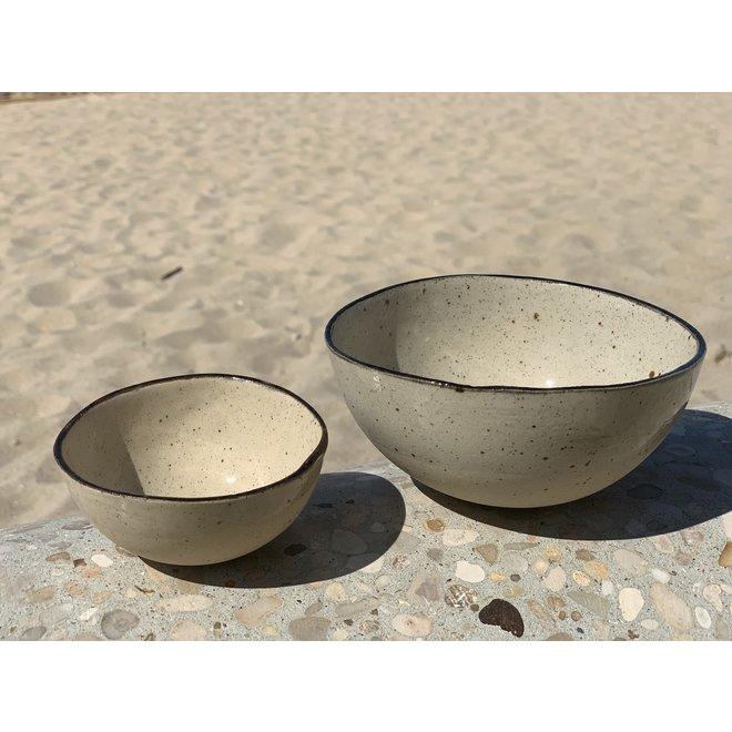 Twee kommen  in de vorm van een halve bol handgemaakt in keramiek met zwart handgeschilderd  randje