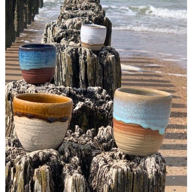 Cadeaupakket van vier hedendaagse, handgemaakte keramische tassen van het servies Zwin, Beach, Dunes en Honey