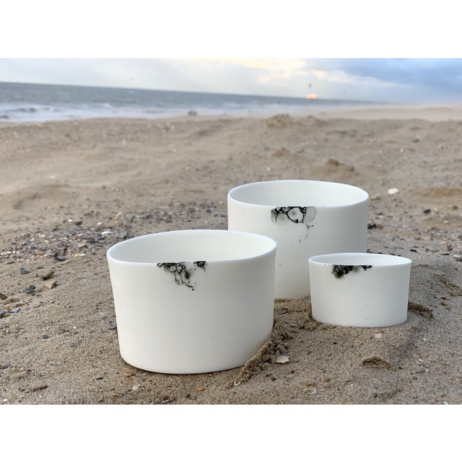 Cadeaupakket van drie cilinders in porselein  Bonny die men gebruikt als kommetjes of potjes voor tapas, nootjes, chips, borrelhapjes
