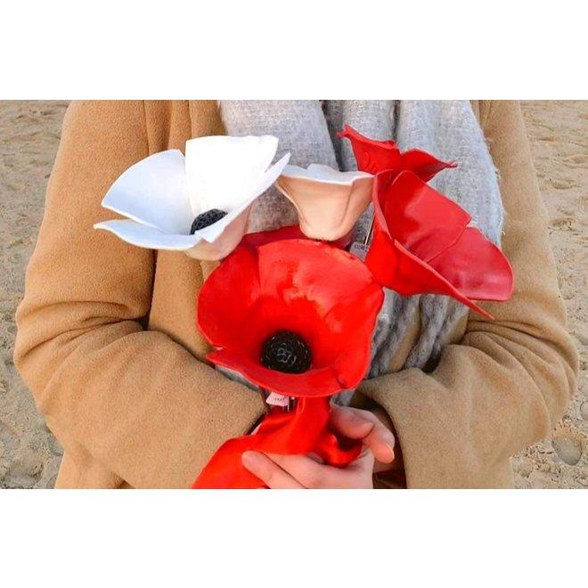 De handgemaakte klaproos in rood geglazuurd met een zwart hart en met veel passie en liefde gemaakt. Een blikvanger in de tuin of plantenbak.