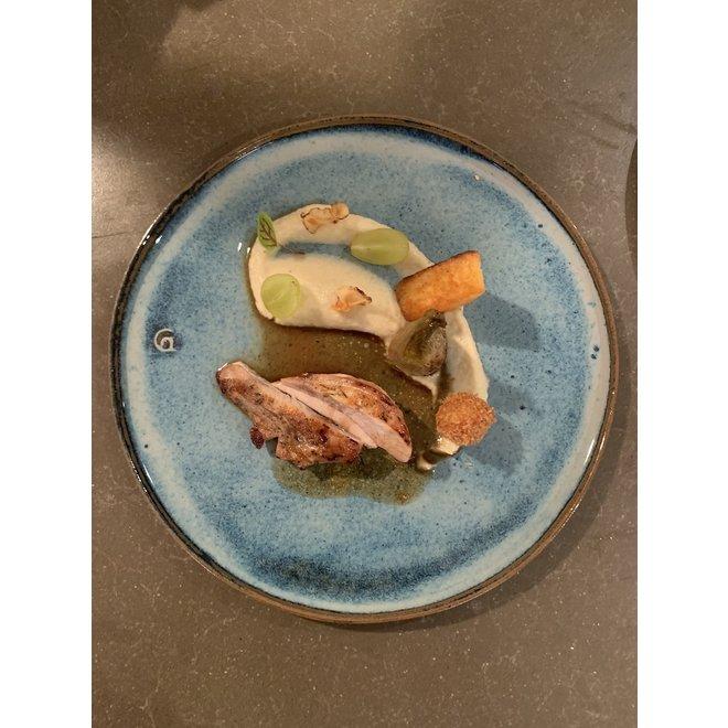 L'assiette fait main en argile rouge belge et son magnifique glaçage à feu vif Floating-Blue.