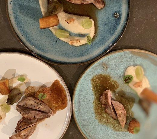 Een keramisch handgemaakt bord presenteert met stijl
