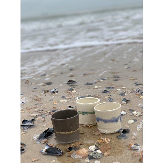 Tasse espresso en céramique fait main en argile fondue grise avec un bord naturel ocre
