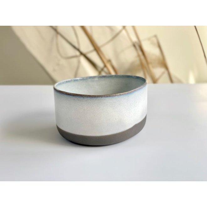 Handgemaakte Keramisch IND!A kom gemaakt van grijze klei met een uitgesproken verfijnde glazuur afgewerkt