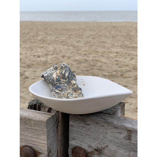 Handmade scale or bowl in white porcelain with a shiny transparent glaze finished with a golden shell