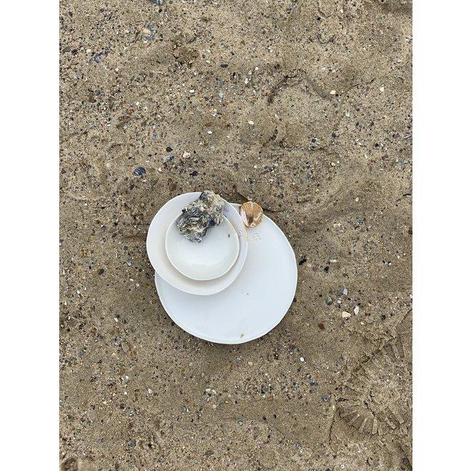 Handgemaakt schaaltje of kommetje in witte porselein met een blinkende transparante glazuur afgewerkt met een schelpje en een gouden speelse touch