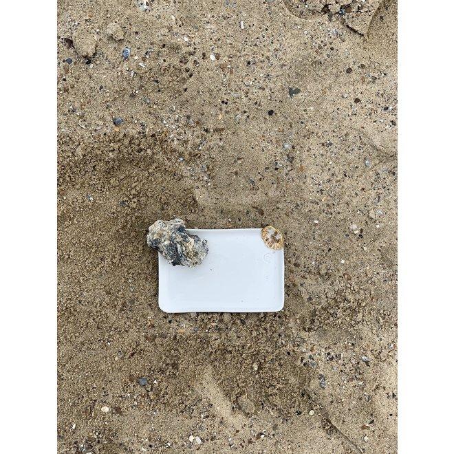 Handgemaakt bordje in witte porselein met een blinkende transparante glazuur afgewerkt met een schelpje en een gouden speelse touch
