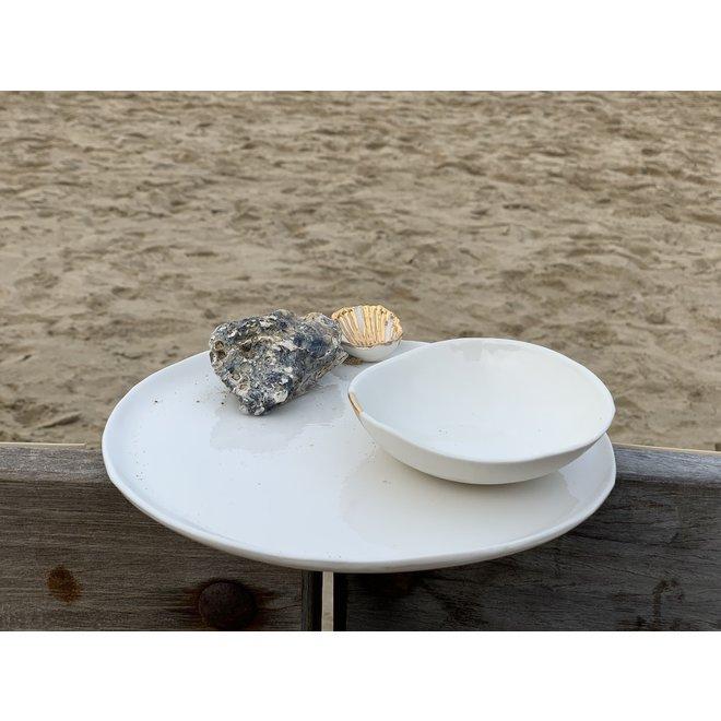 Assiette fait main en porcelaine blanche avec un glaçage transparent brillant fini avec un coquille doré