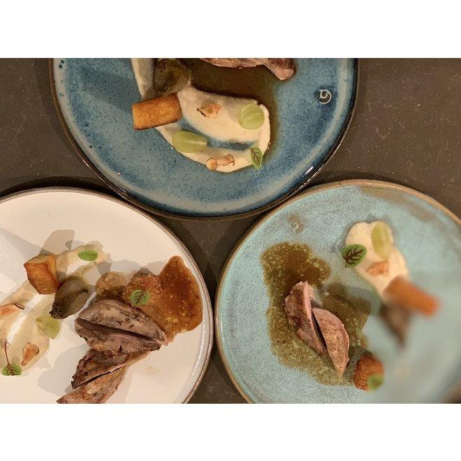 Met de draaischijf handgemaakt bord van gespikkelde Pottery-clay met een mooie opaal witte hoog bakkende glazuur.