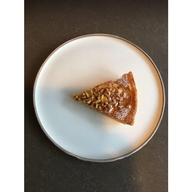 Avec l'assiette fait main en argile mouchetée anglaise et son magnifique glaçage à feu Floating-blanc