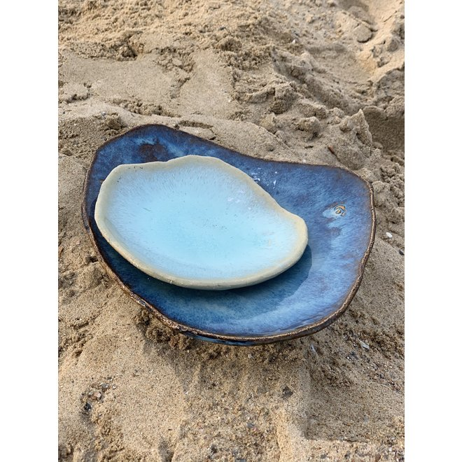 A contemporary handmade scale made in a shell shape. Very decorative to display fruits, vegetables, salads.