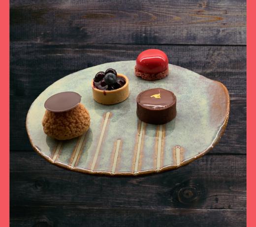 De passie en creativiteit als kok gepresenteerd op een uniek keramisch handgemaakt bord
