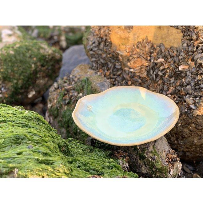 """Handgemaakt keramisch bord Amandine in schelpvorm en lagune glazuur van de """"Chefs Artisann i-lign"""" zowel voor hedendaags gebruik alsook voor horeca."""