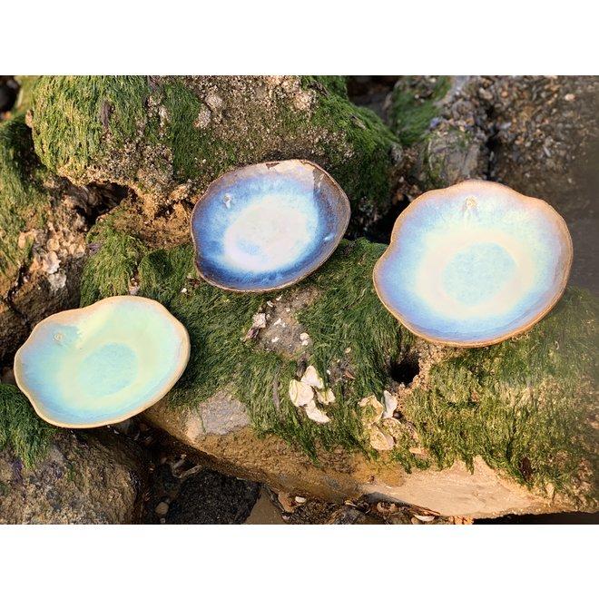 """Assiette en céramique Amandine sunset faite à la main en forme de coquillage de """"Chefs Artisann i-lign"""" pour un usage contemporain ainsi que pour la restauration."""
